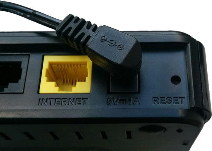 Фотография (вид сзади) маршрутизатора D-Link DIR 300